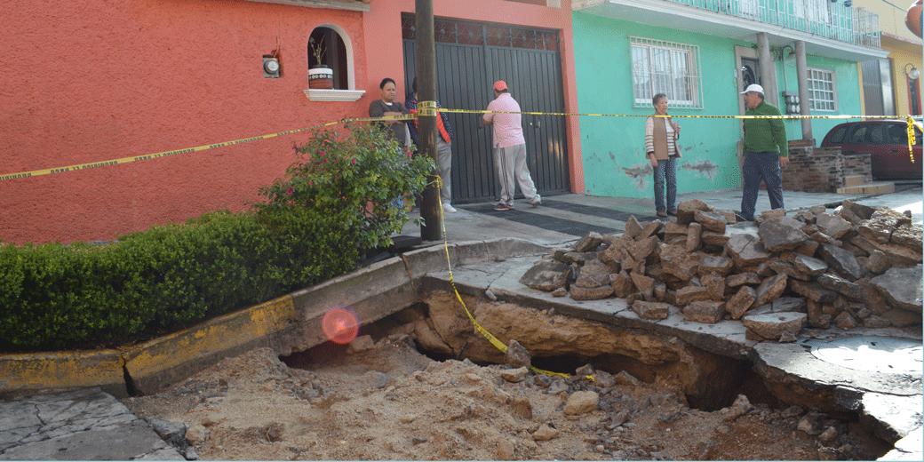 Casas donde habitan varias familias son afectadas por socavón en la colonia Ciudad de los Niños de Agua