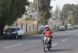 Una columna de patrullas se apostó sobre la avenida Adolfo López Mateos, en Naucalpan, para evitar que se instalara el tianguis en Santa Cruz del Monte