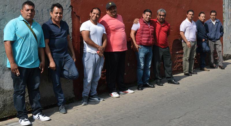 Reunidos en una calle de Santa Cruz del Monte, los comerciantes acordaron solicitar a las autoridades de Naucalpan pagar directamente los derechos