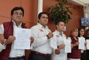 Ediles de Atizapán, encabezados por Ruth Olvera Nieto, muestran su constancia que los declara como electos