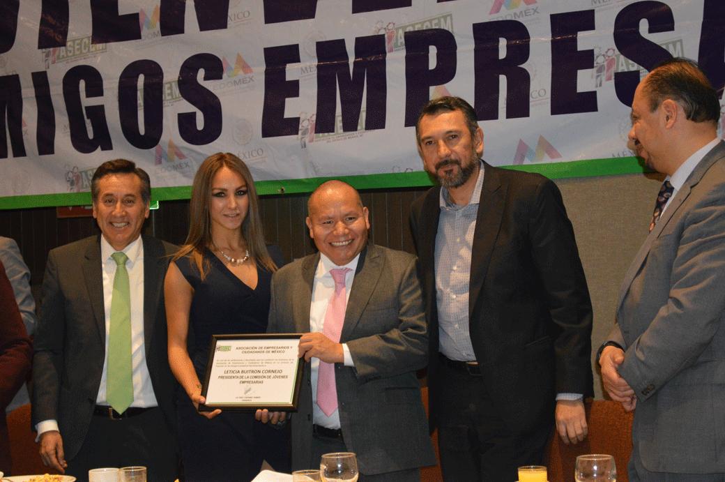 El presidente electo de Tlalnepantla, Raciel Pérez Cruz entrega reconocimientos a empresarios destacados de la ASECEM