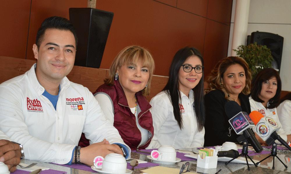Regidores y alcaldesa electa de Atizapán, Ruth Olvera Nieto, al presentar a medios de comunicación la solicitud para iniciar la transición