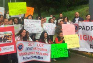 Padres de familia del Colegio Justo Sierra protestan en la caseta de cobro Cipreses de la autopista Chamapa-Lechería para reclamar la reubicación de las instalaciones
