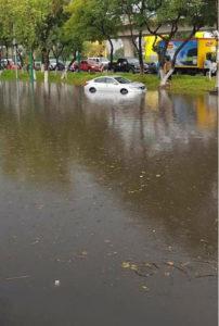 Vehículos afectados por las lluvias de ayer en Tlalnepantla