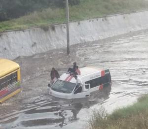 Hasta dos horas para recorrer menos de 500 metros afectados por la inundación en Tlalnepantla