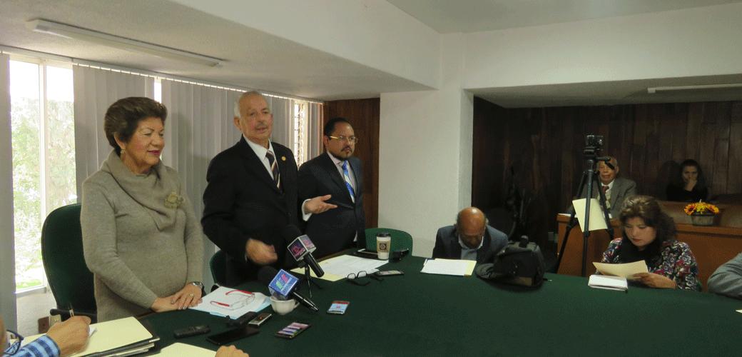 La presidenta de Colonos de Satélite, Reyna Pedraza y Galo Blanco Mateos, de la Comisión de Honor señalan que intereses políticos pretenden apropiarse de la asociación