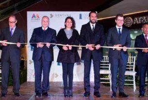Cortan el listón inaugural de la Plaza Sentura la alcadesa de Tlalnepantla, Denisse Ugalde y el secretario de Desarrollo Económico, Alberto Curi, además de empresarios