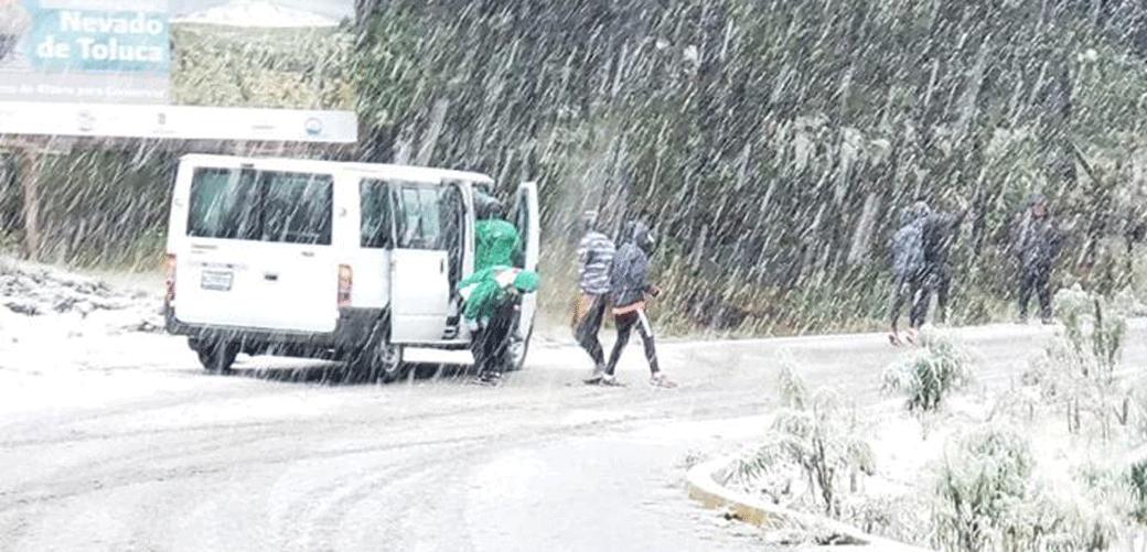 En el Nevado de Toluca, deportistas que hacen entrenamiento de altura se divierten con la nieve