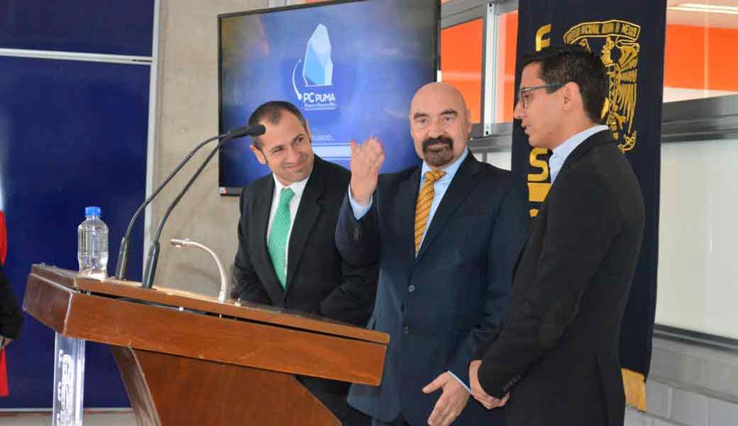 Manuel Martínez Justo, director de la FES Acatlán, ante la empresa que instaló el Centro de Desarrollo de Aplicaciones y alumnos