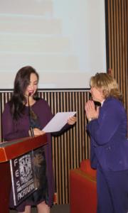 Patricia Durán entrega un reconocimiento después de su exposición en la FES Acatlán