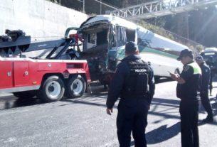 Una grúa retira el camión de pasajeros que resultó dañado por el choque con una pipa de jabón