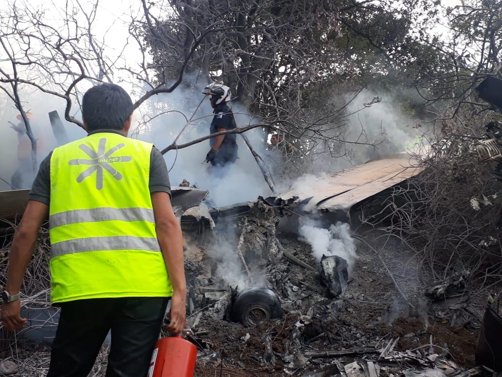 Personal del aeródromo de Atizapán acude a sofocar el fuego que dejara la caída de una avioneta