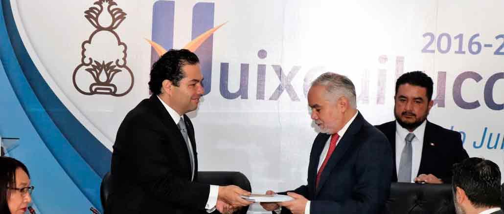 Enrique Vargas del Villar, alcalde de Huixquilucan, entrega al secretario de Salud del estado de México, Gabriel O'Shea