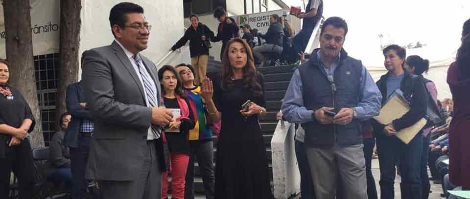 Leopoldo Corona, tesorero de Naucalpan, explica a vecinos que se agilizará el trámite del pago predial