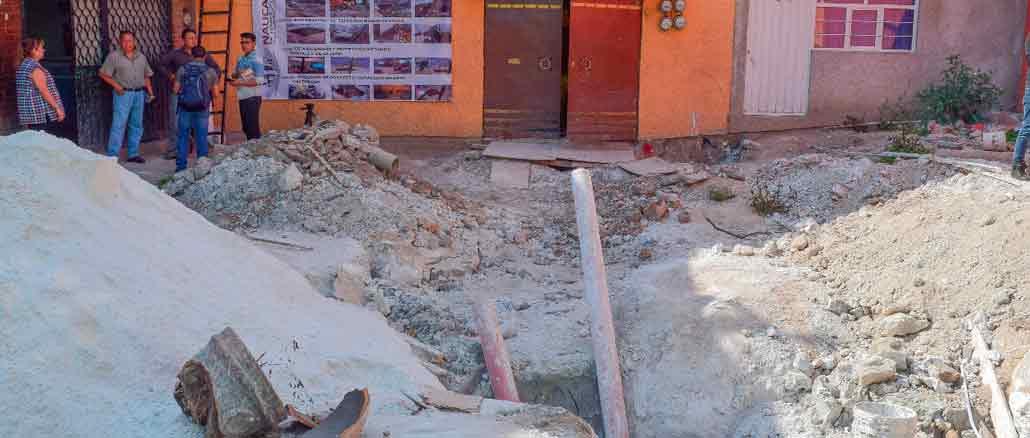 Trabajos para evitar se hundan las casas ubicadas en la colonia Ciudad de Los Niños