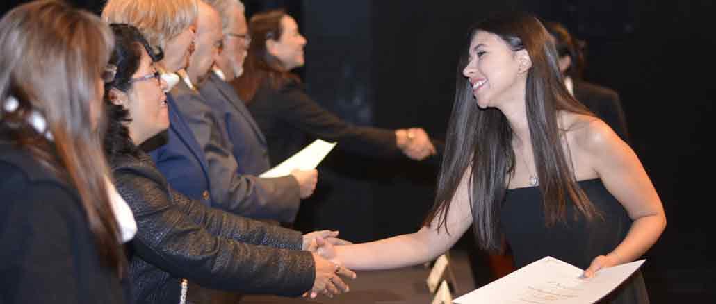 La alumna Itzel San Vicente Arreguin, recibió su diploma de la licenciatura de comunicación