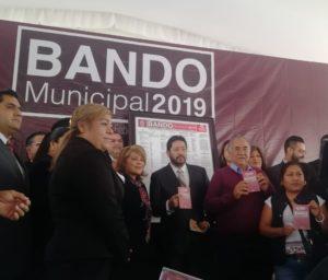 La alcaldes de Atizapán, Ruth Olvera Nieto entregó copias del Bando Municipal