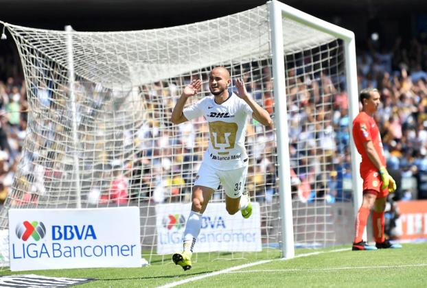 Carlos González festeja su gol ante el América. Marchesin con los brazos caídos