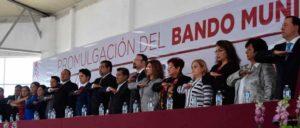 El alcalde de Cuautitlán Icalli. Ricardo Núñez, encabezó la develación del Bando Municipal