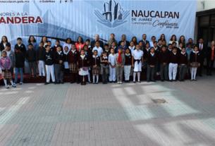 Regidores, funcionarios y alumnos de la Escuela Libertad en los honores a la Bandera en Naucalpan, donde destacaron los eventos que habrá por el Día Internacional de la Mujer