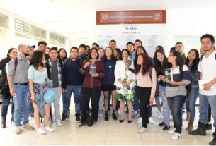 Estudiantes, catedráticos, compañeros de generación y familiares acompañan a Nohemí Pineda luego de presentar su libro Lo Maté en la FES Acatlán