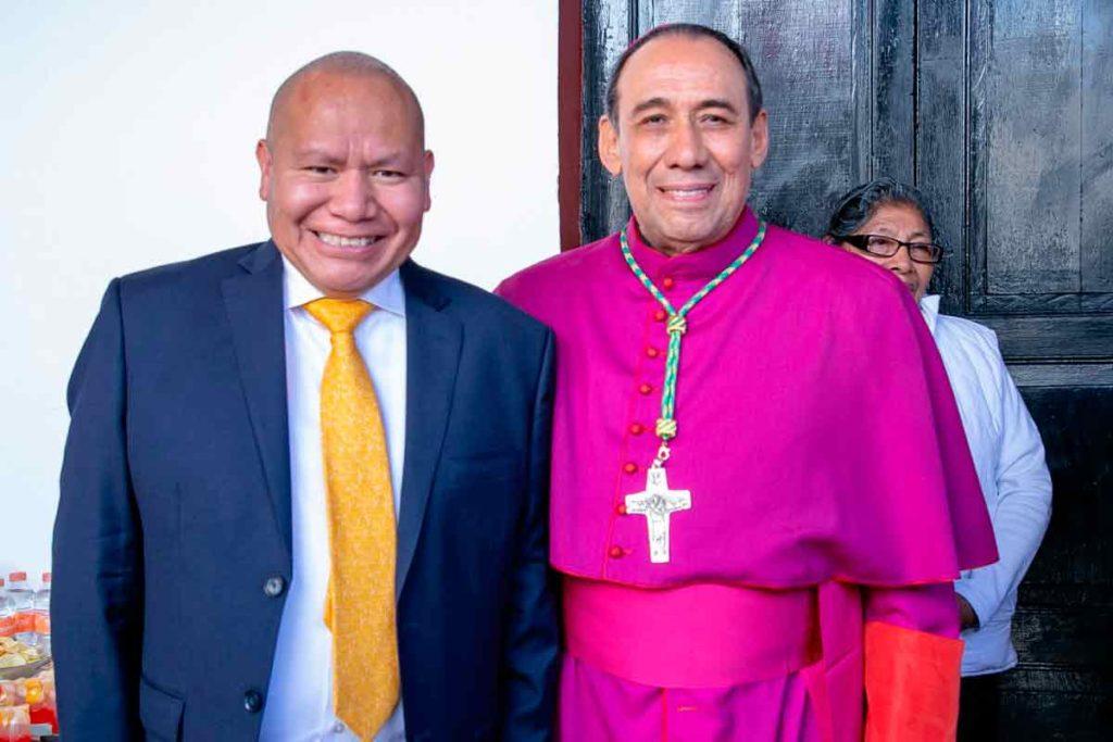 Racil Pérez Cruz y MonseñorJosé Antonio Fernández Hurtado