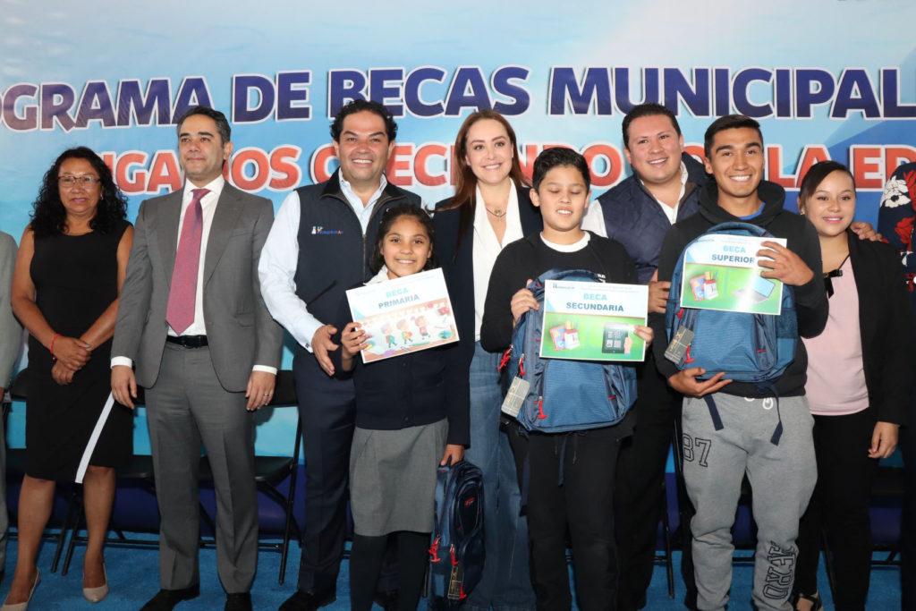 Enrique Vargas, entregó  becas a estudiantes desde preescolar hasta superior