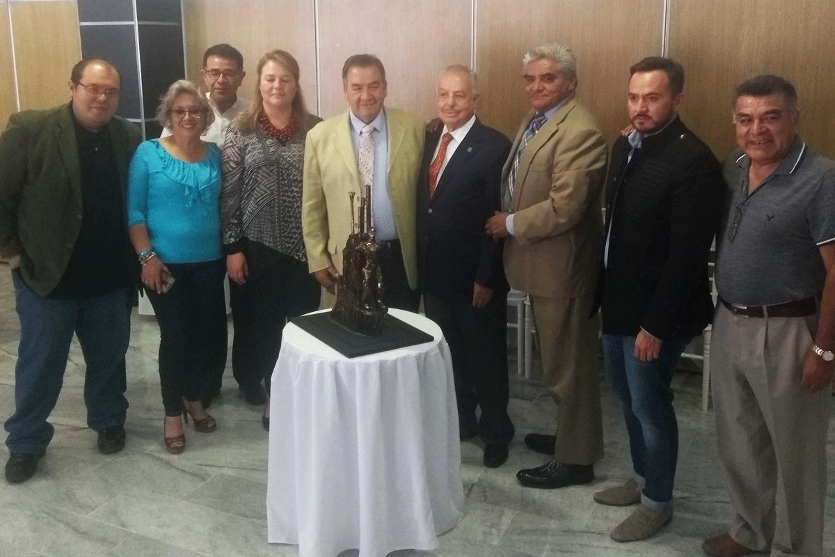 La presidenta de Colonos de Satélite, Beatriz Gómez, con Cuauhtémoc Rodríguez, David Parra, Galo Blanco, Yazmín Priego y creadores de cultura y vecinos