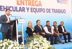 El director del Organismo Público Descentralizado Sistema Aguas de Huixquilucan, Víctor Báez Melo presenta nuevos vehículos para atender emergencias