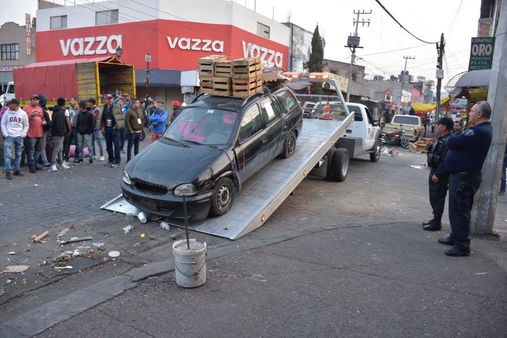 Vehículos que obstruían las vialidades son retirados para permitir la circulación en Tlalnepantla