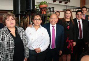 Raciel Pérez Cruz, alcalde de Tlalnepantla festeja a los maestros en el DIF