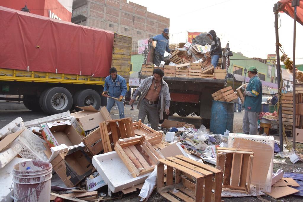 Personal de Tlalnepantla retira el comercio ambulante de alrededor del mercado Filiberto Gómez, para mejorar la seguridad y movilidad