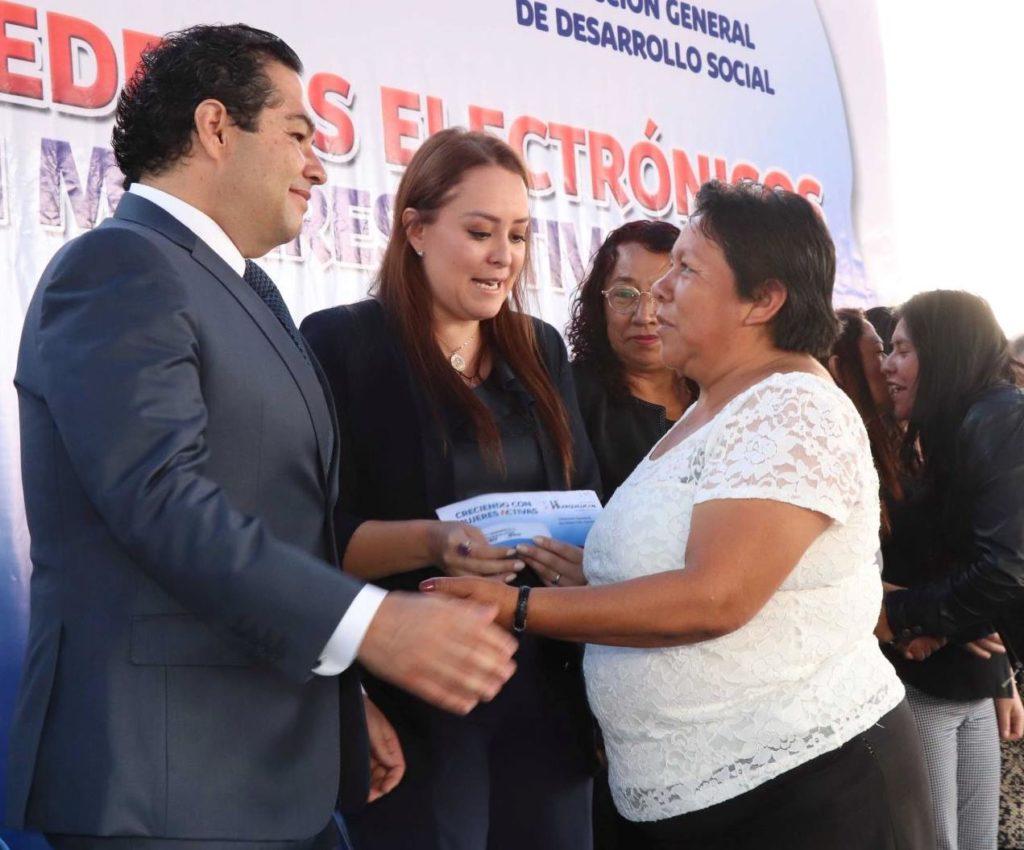 El alcalde Enrique Vargas, entregó la Tarjeta Azul