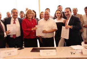Colonos, autoridades municipales y representantes de la CFE y compañías telefónicas muestran el contrato para realizar el ocultamiento de los cables en el fraccionamiento del Club del Golf Bellavista