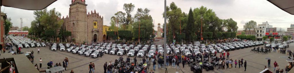 Las nuevas patrullas, motocicletas y cuatrimotos frente al palacio de Tlalnepantla y la Catedral de Corpus Christi