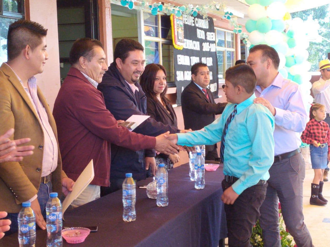 Luis Maya Doro entrega reconocimientos en las secundarias de Almoloya de Juárez donde exhortó a los estudiantes a empecinarse en ser profesionistas