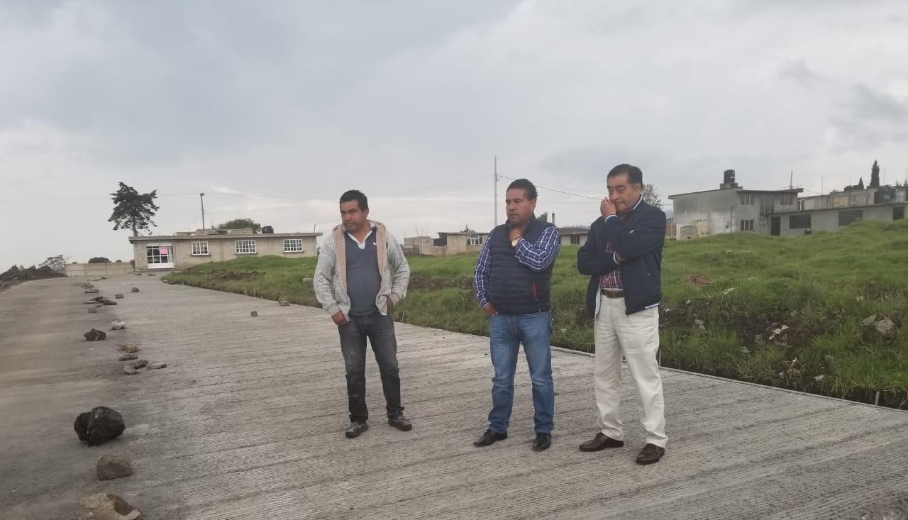 Luis Maya Moro, alcalde de Almoloya, revisa el avance de las pavimentaciones de vialidades que interconectan comunidades