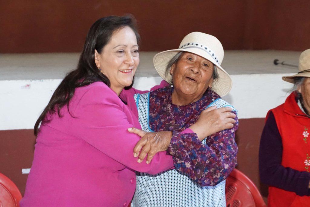 La presidenta del DIF de Almoloya de Juárez, Angelita Jiménez de Maya, realizó gira para estar con grupos de adultos mayores