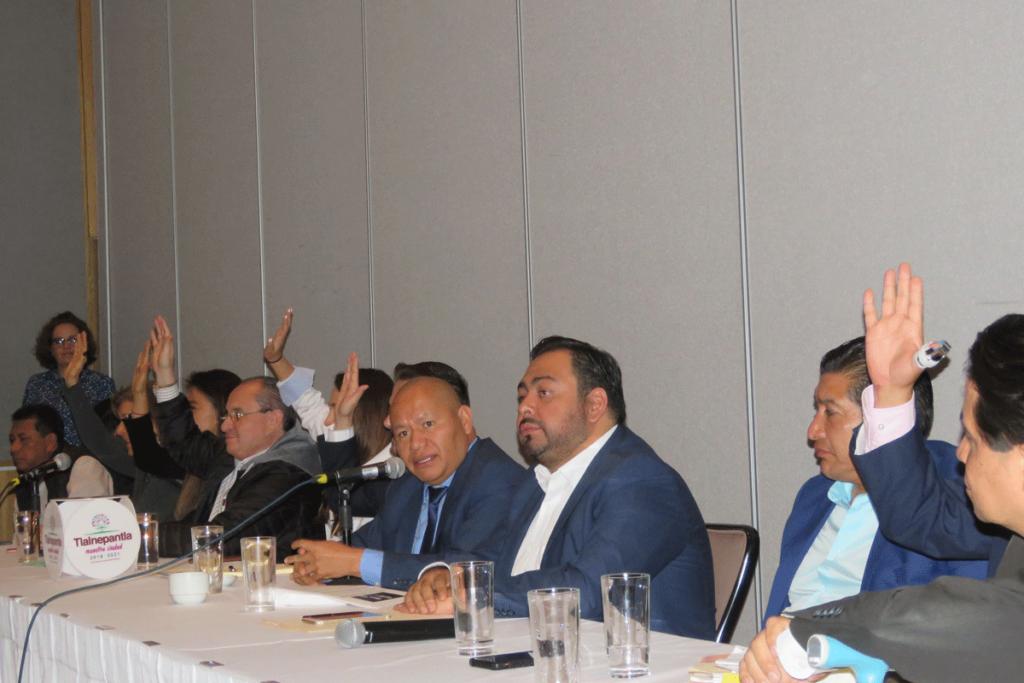 Funcionarios de Tlalnepantla levantan la mano al preguntar quienes están certificados