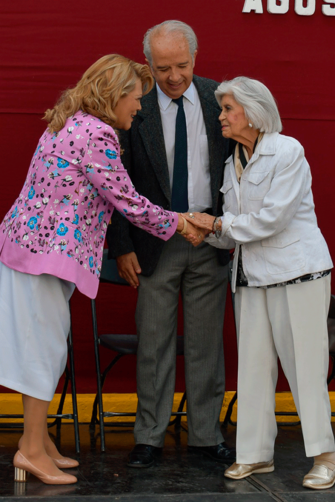 La alcaldesa Ruth Olvera saluda a la viuda de jjljlkjk
