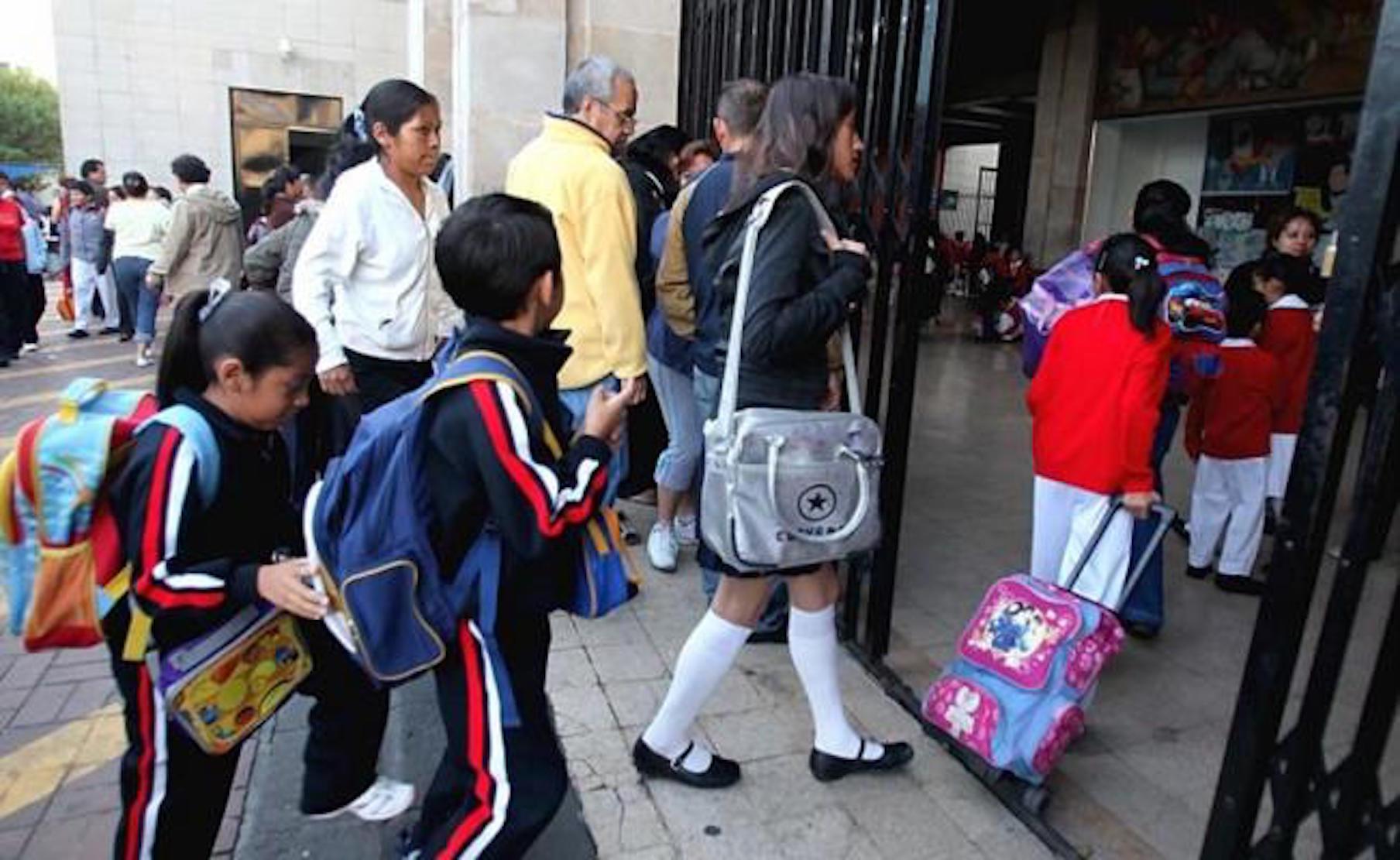 Mañana acuden a las escuelas los alumnos del nivel básico, por lo que padres de familia preparan lo necesario
