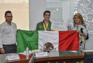 David Montaño fue abanderado por la presidenta municipal de Atizapán, para que lleve los colores de México en cada esfuerzo que realice en el Panamericano de Gimnasia
