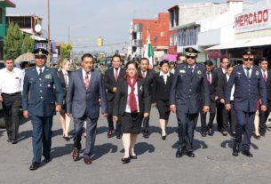 El alcalde Luis Maya Doro, ediles y funcionarios de Almoloya de Juárez inician el desfile de Independencia