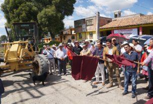 Vecinos, autoridades auxiliares y el alcalde de Almoloya de Juárez, Luis Maya Doro, dan el banderazo a la construcción de tramo carretero