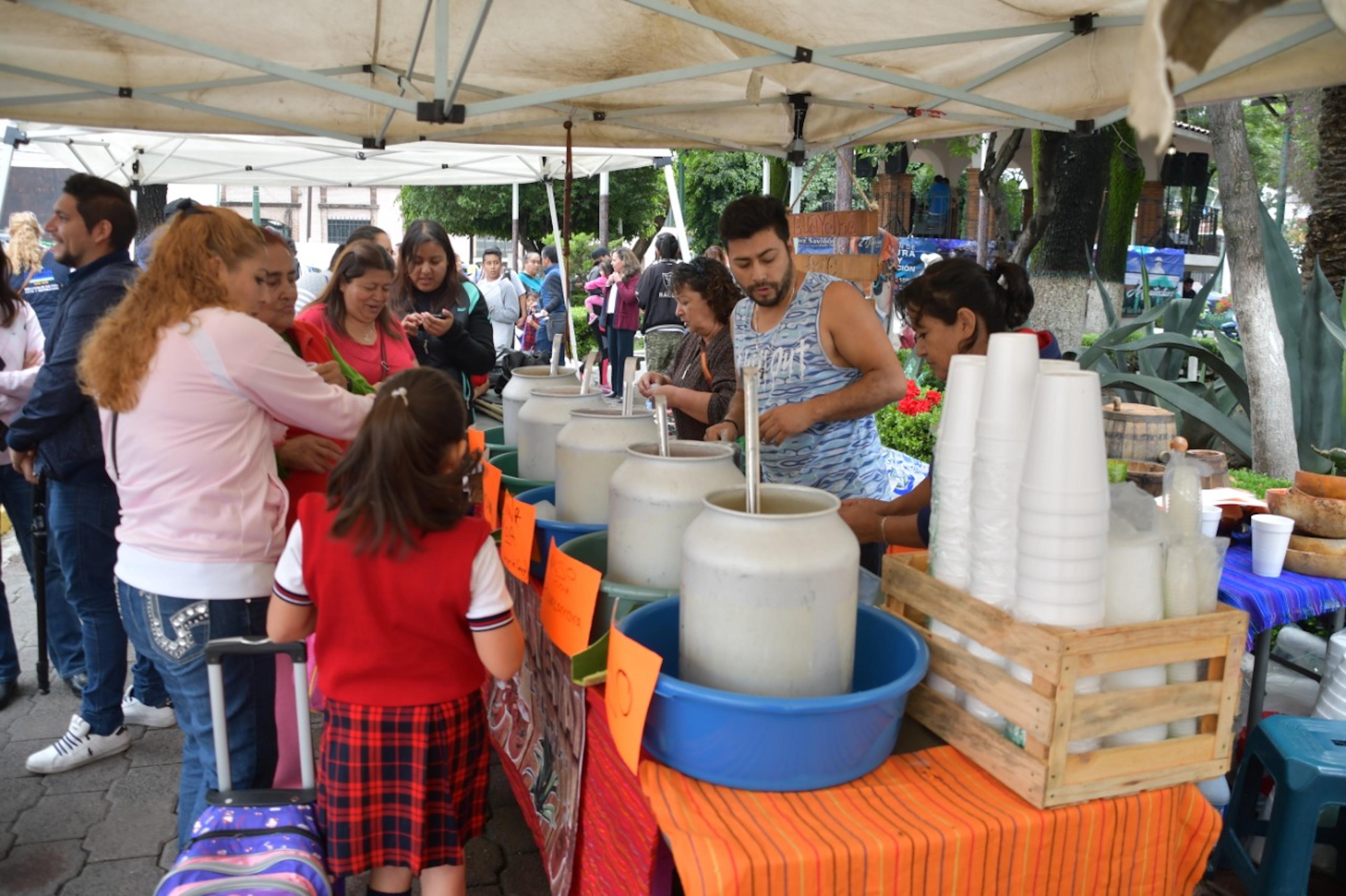 Mechaleros listos para servir la bebida de los dioses en la Feria del Pulque y la Gastronomía en Atizapán