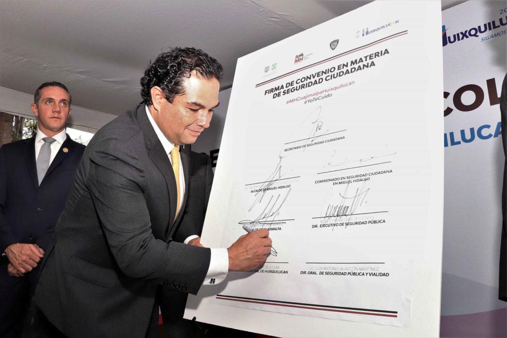 El presidente municipal, Enrique Vargas del Villar firma el convenio