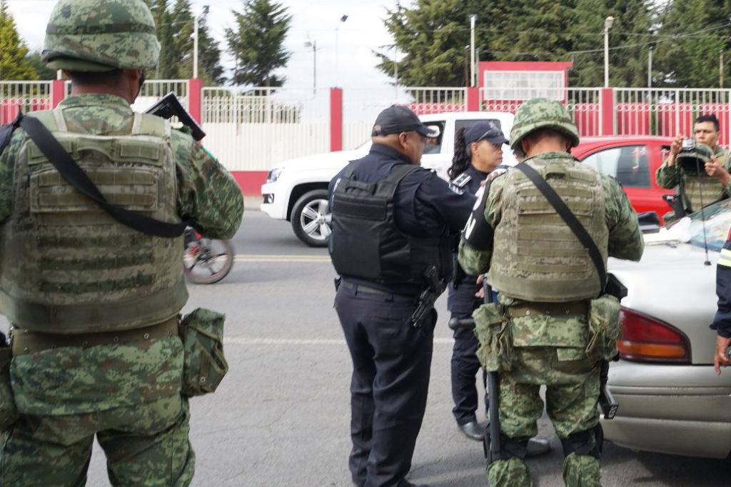 El Ejército, Guardia Nacional y policía municipal resguardan a visitantes a panteones