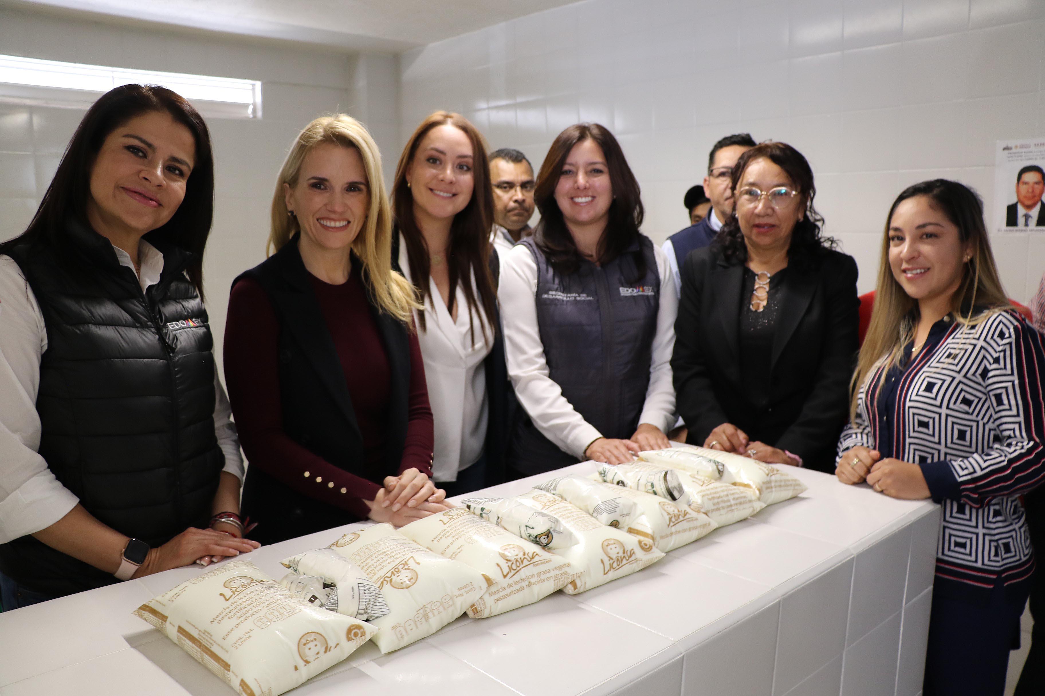 La presidenta del DIF Huixquilucan Romina Contreras entrega dos lecherías