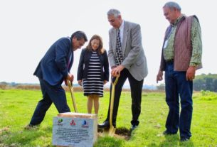 El alcalde de Cuautitlán Izcalli, Ricardo Núñez, y representante de la Fundación canadiense Ocion Water Sciences ponen la primera piedra de la construcción de la planta potabilizadora en la laguna La Piedad