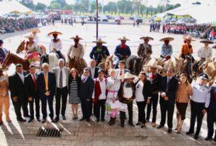 Charros, maestros y alumnos con el alcalde de Izcalli, Ricardo Núñez, la ceremonia por la Revolución Mexicana
